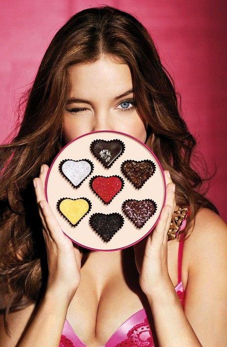 Η ερωτική ατμόσφαιρα, το κόκκινο χρώμα και τα σοκολατάκια σε σχήμα καρδιάς κυριαρζουν στην εορταστική συλλογή Victoria's Secret