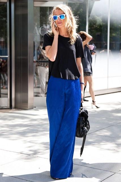 Εάν το στυλ σου είναι πιο χαλαρό, συνδύασε μία παντελόνα σε έντονη απόχρωση με τα flat σανδάλια σου!