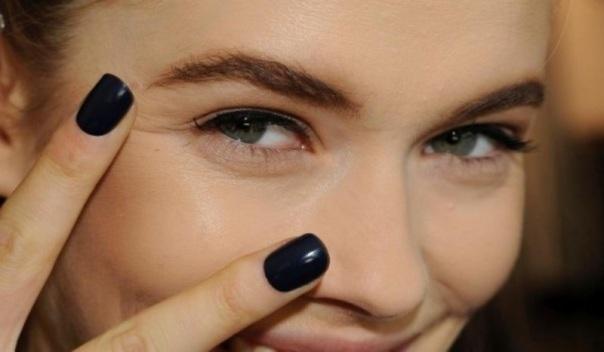 Έάν το στυλ σου είναι πιο χαλαρό & μοντέρνο μπορείς να προτιμήσεις μία μπλε σκούρα απόχρωση για το manicure σου