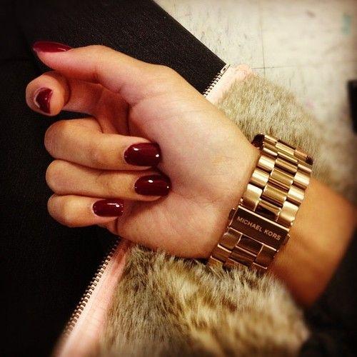 Το μπορντό χρώμα φαίνεται να κερδίζει την προτίμηση σας και για το χρώμα του manicure μας