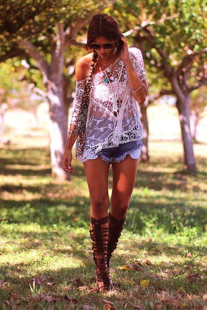 Summer outfit: Denim σορτσάκια με αρχαιοελληνικά σανδάλια!